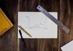 שולחן עם נייר וכלי כתיבה ומדידה