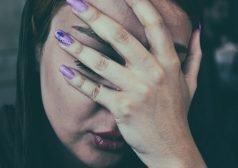 אישה אוחזת את ראשה במהלך התקף מיגרנה