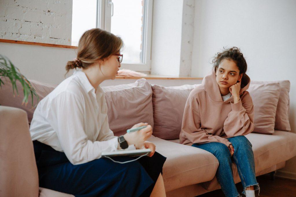 זוג נשים יושבות על ספה