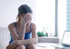 אשה חווה כאב ראש בביתה