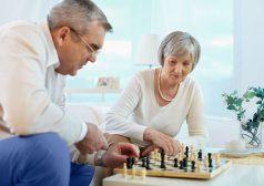 2 אנשים מבוגרים משחקים שח