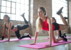 אישה במהלך אימון יוגה ופילאטיס