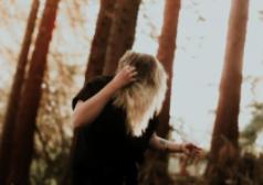 אישה ביער