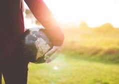כדור בצורת העולם בכף היד