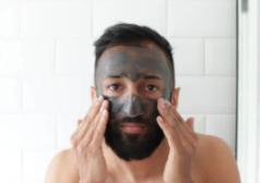 גבר מורח מסיכת פנים
