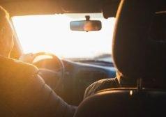 נהיגה ברכב מול השמש