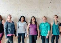 קבוצת נשים עומדות בשורה