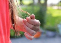יד אוחזת בקצוות שיער