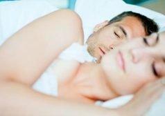 זוג אישה וגבר ישנים במיטה
