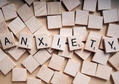 המילה חרדה באנגלית כתובה על קוביות