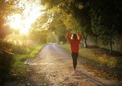 אישה צועדת בשדרה מיוערת