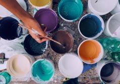 יד טובלת מכחול במספר דליי צבע