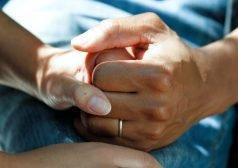 זוג כפות ידיים אוחזות אחת בשניה