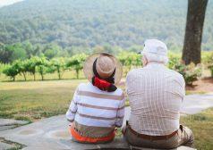 זוג מבוגר יושב על ספסל בשמורת טבע