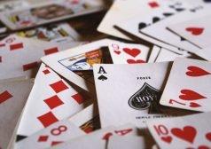 קלפים שונים בתפזורת