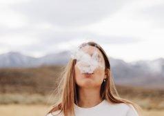 אישה נושפת עשן סיגריות מהפה